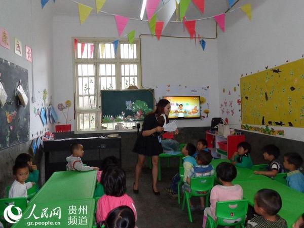 盘水镇第二幼儿园张云梅老师在小班上课