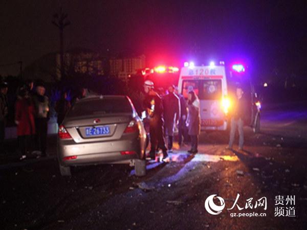 车祸现场1人被困 黔西南州兴义消防成功救出